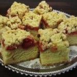Ciasto drożdżowe z kruszonką, rabarbarem i truskawkami