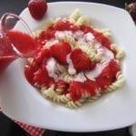 Makaron z truskawkami na biało-czerwono