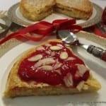 Francuski torcik z kremem jaglanym i musem malinowym na Walentynki