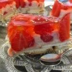 Torcik grysikowy z truskawkami
