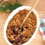Śliwki pod kruszonką z płatków quinoa