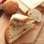 Tosty z pieczarkami i wegańskim serem