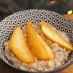 Owsianka chia z karmelizowaną gruszką